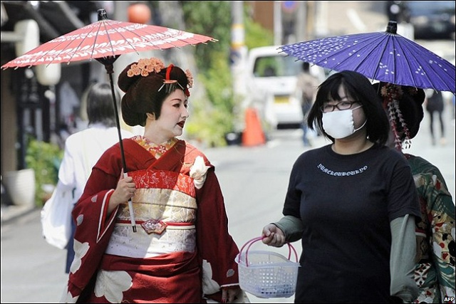 japanese-girl-walking-surgical-mask